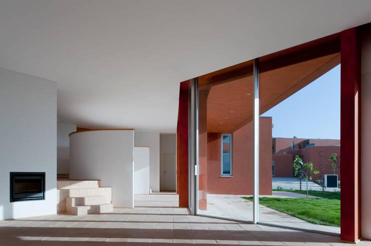 X House, Bom Sucesso, Design Resort, Leisure & Golf, Óbidos: Salas de estar  por Atelier dos Remédios