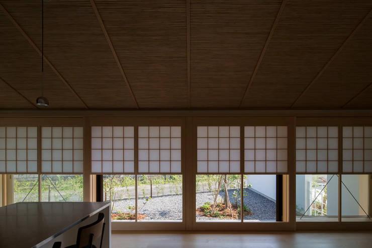 平屋に住まう: TRANSTYLE architectsが手掛けた窓です。,