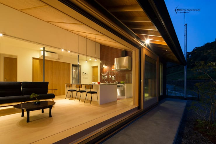 平屋に住まう: TRANSTYLE architectsが手掛けたリビングです。,