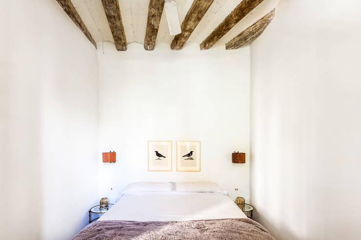 JV-FLAT-REFURBISHMENT-SARDENYA: Dormitorios de estilo  de Andres Flajszer Photography