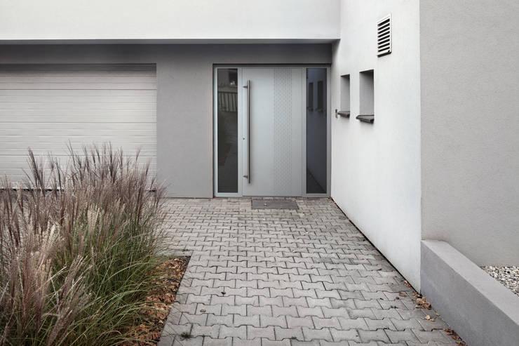 Model KB120: styl nowoczesne, w kategorii Okna i drzwi zaprojektowany przez Kobbe