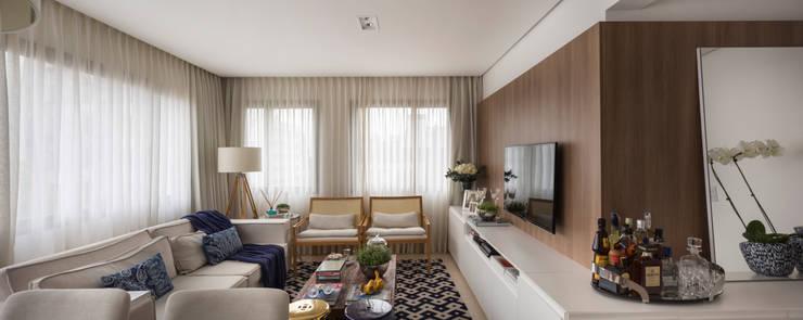 Apartamento Jovem Casal: Sala de estar  por Stefani Arquitetura