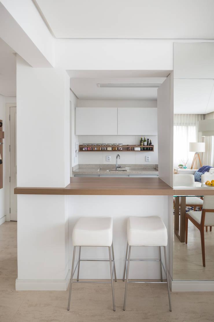 Apartamento Jovem Casal: Cozinha  por Stefani Arquitetura