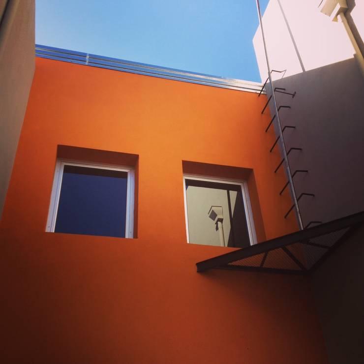 Duplex Calle Entre Ríos : Paredes de estilo  por Brarda Roda Arquitectos