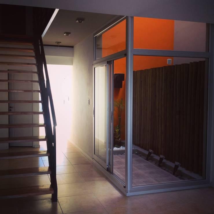 Duplex Calle Entre Ríos : Livings de estilo moderno por Brarda Roda Arquitectos