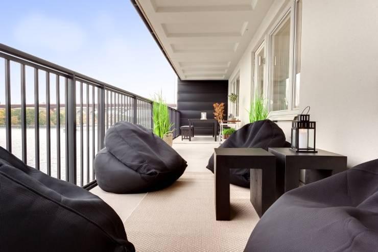ESTILO DE SOBRA NO APÊ CLEAN: Varanda, alpendre e terraço  por Casa de Valentina,
