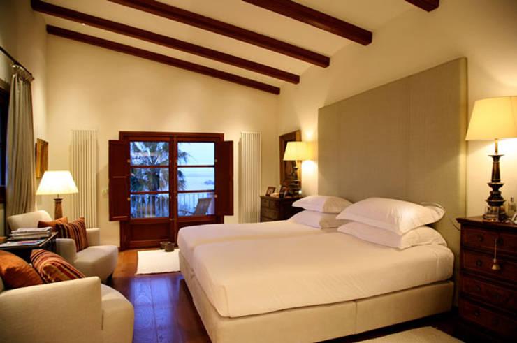 HOUSE in Majorca, Spain: Dormitorios de estilo  de aureolighting