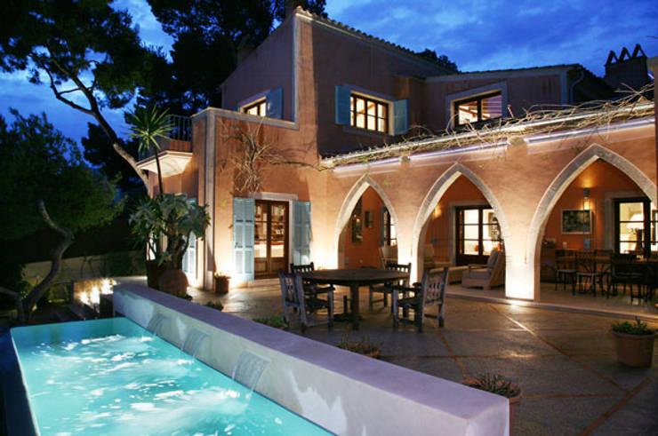 HOUSE in Majorca, Spain: Piscinas de estilo  de aureolighting