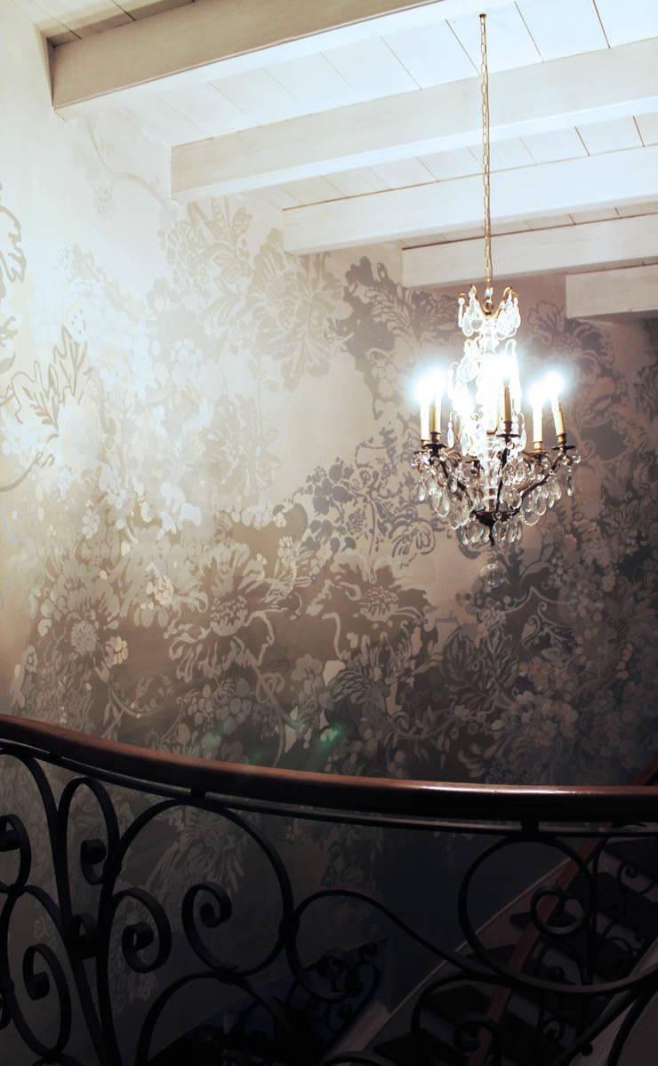 przy schodach: styl , w kategorii Korytarz, przedpokój zaprojektowany przez szaro-biało,Nowoczesny