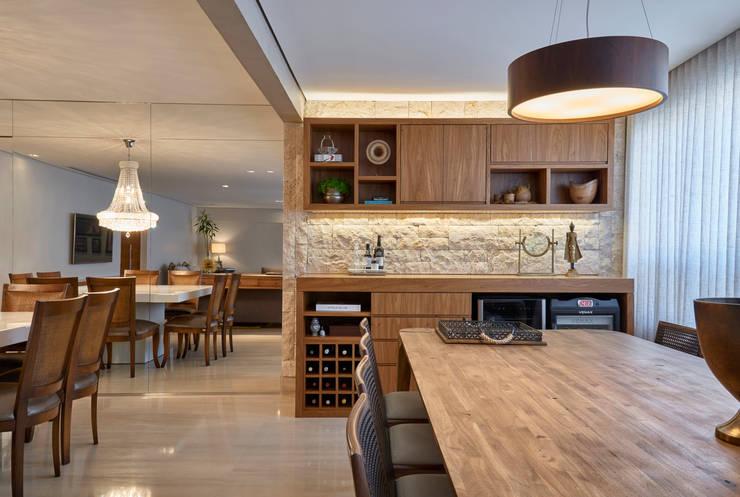 Adega - Varanda: Adegas modernas por Juliana Goulart Arquitetura e Design de Interiores