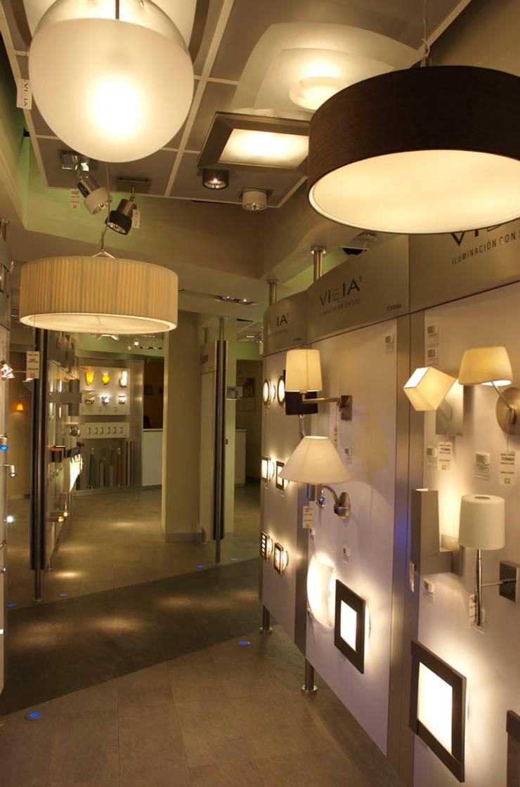 Lightmex: Pasillos y recibidores de estilo  por DIN Interiorismo , Moderno