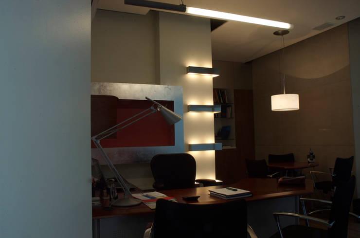 Lightmex: Estudios y oficinas de estilo  por DIN Interiorismo , Moderno