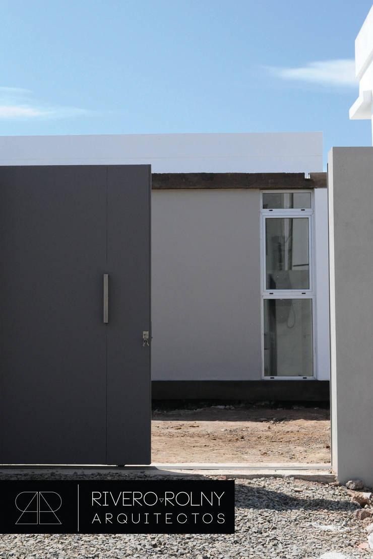 Case in stile  di riverorolnyarquitectos, Moderno