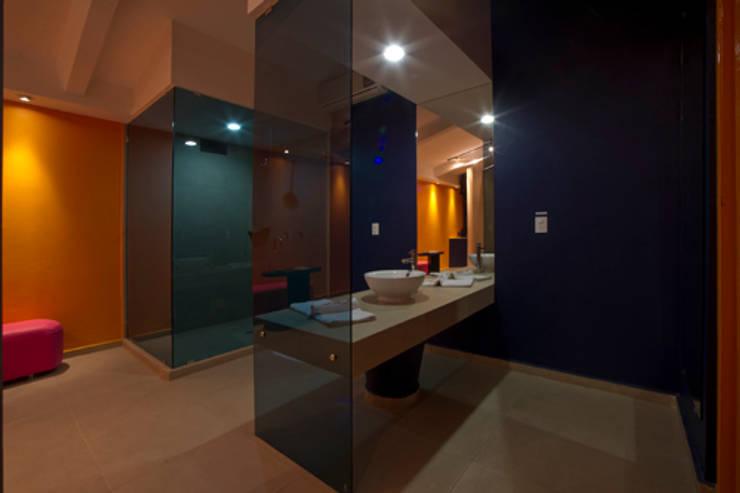 Hotel C5C: Baños de estilo  por DIN Interiorismo