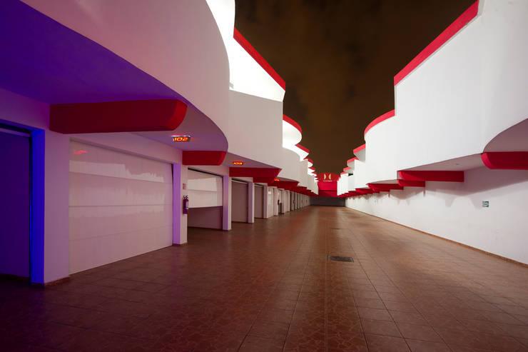 Hotel Istmo: Garajes de estilo  por DIN Interiorismo
