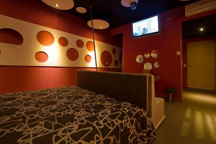 Hotel Ke Color : Recámaras de estilo  por DIN Interiorismo