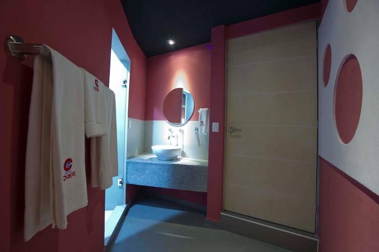 Hotel Ke Color : Baños de estilo  por DIN Interiorismo