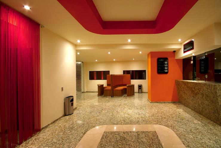 Hotel Cuore: Pasillos y recibidores de estilo  por DIN Interiorismo