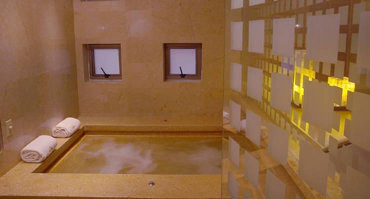 Hotel Pirámides Narvarte : Baños de estilo  por DIN Interiorismo