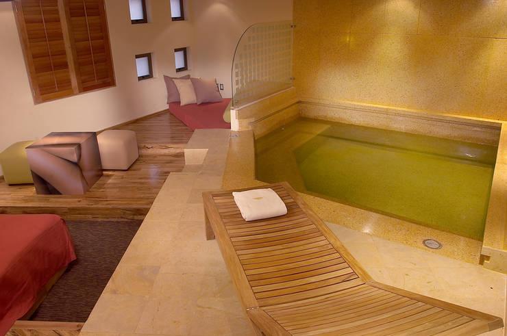Hotel Pirámides Narvarte : Albercas de estilo  por DIN Interiorismo