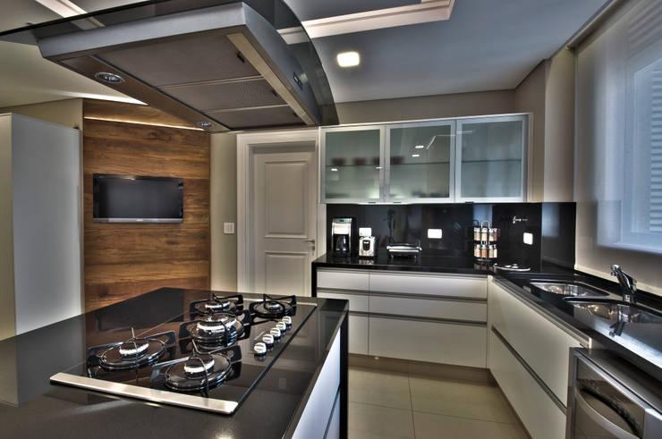Cocinas de estilo moderno por Pauline Kubiak Arquitetura