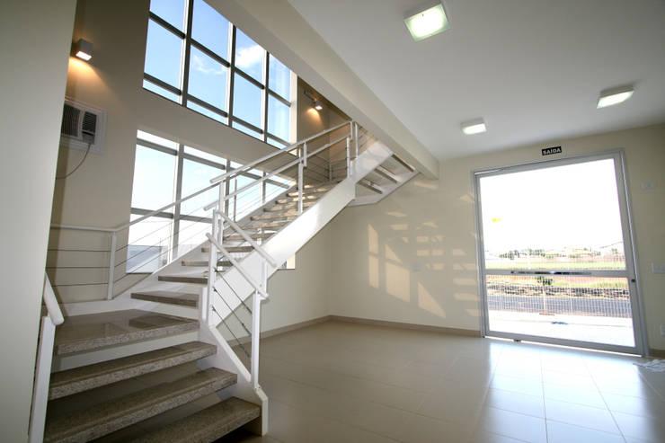 Acesso pavimentos: Edifícios comerciais  por Habitat Arquitetos