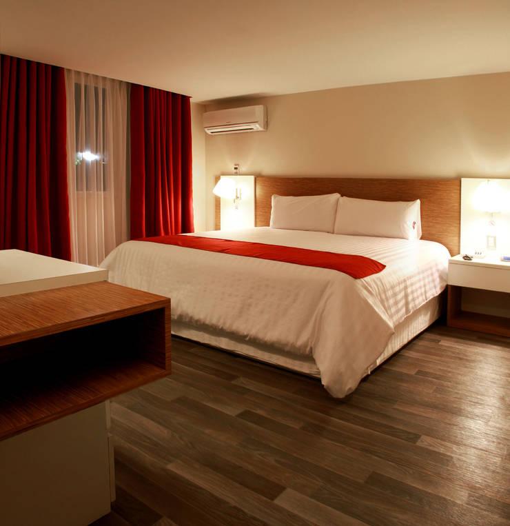Hotel Howard Johnson: Recámaras de estilo  por DIN Interiorismo