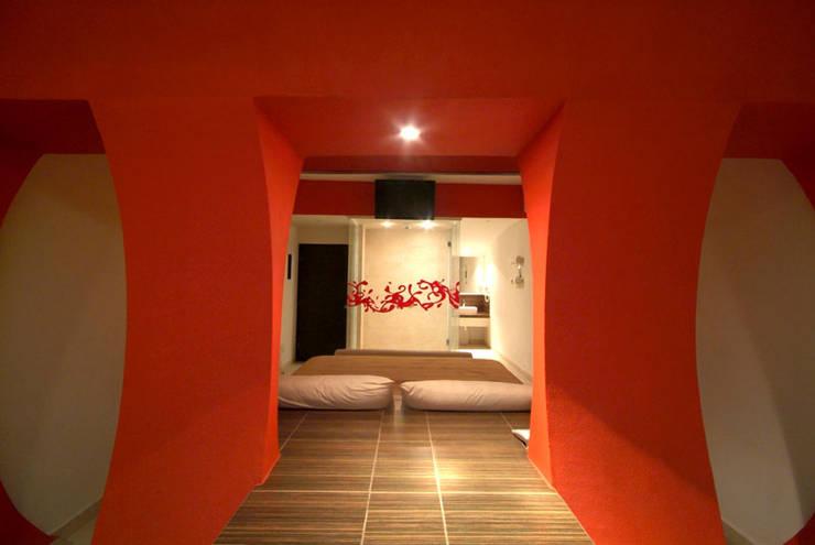Hotel Aquz : Pasillos y recibidores de estilo  por DIN Interiorismo