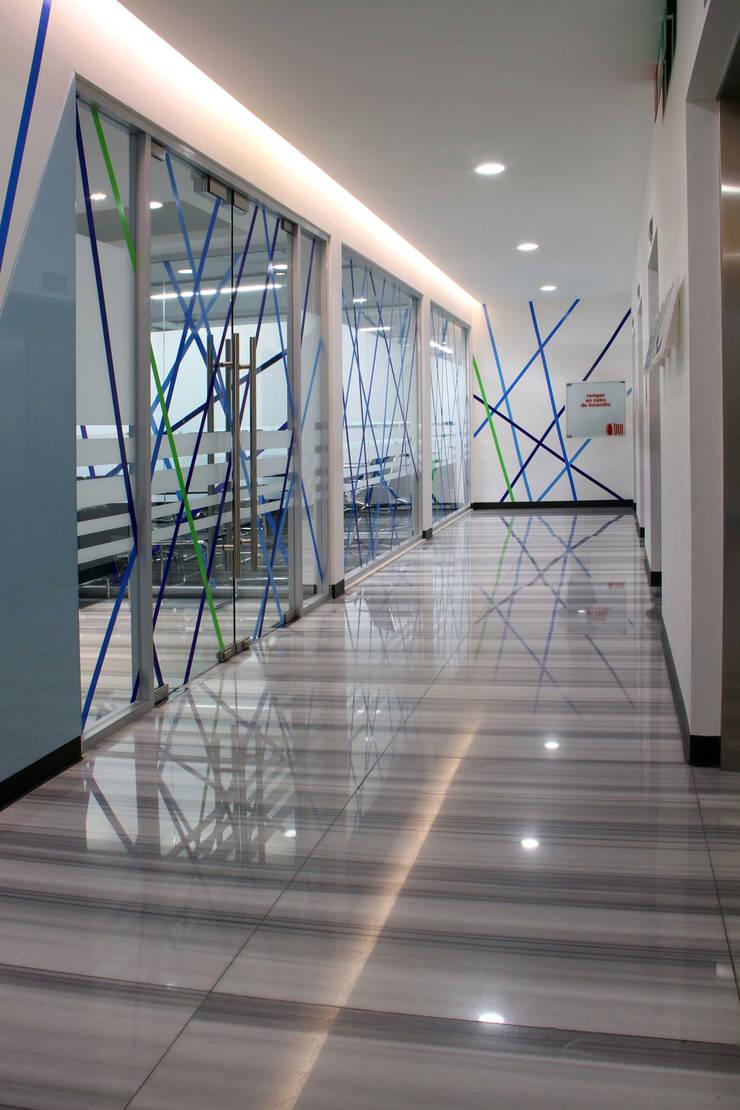 AYESA Pasillos, vestíbulos y escaleras modernos de DIN Interiorismo Moderno