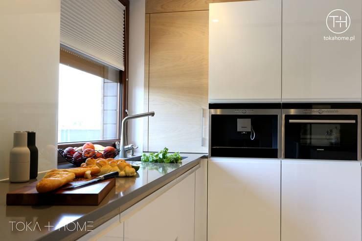 BIAŁA KUCHNIA Z DREWNEM : styl , w kategorii Kuchnia zaprojektowany przez TOKA + HOME,Nowoczesny Kompozyt drewna i tworzywa sztucznego