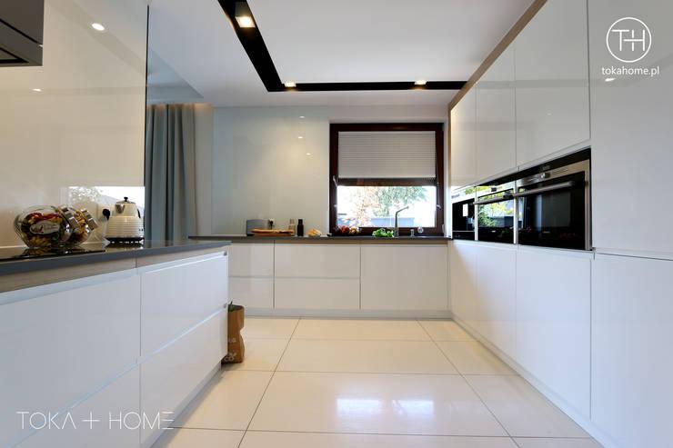 BIAŁA KUCHNIA Z DREWNEM : styl , w kategorii Kuchnia zaprojektowany przez TOKA + HOME