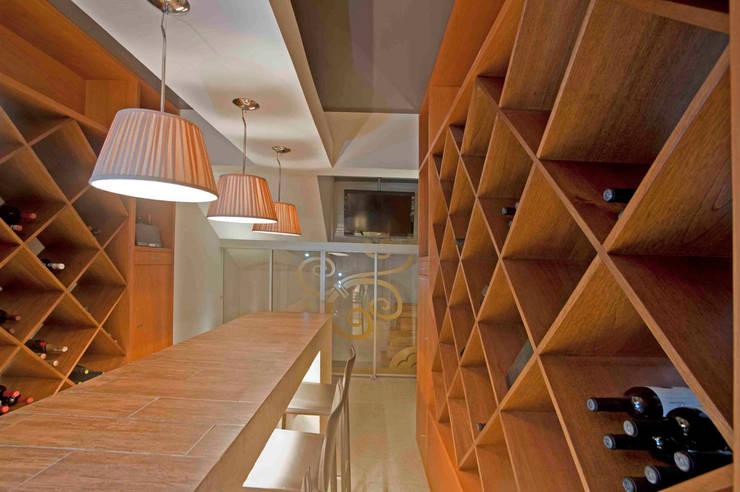 Casa Ulpi : Cavas de estilo  por DIN Interiorismo