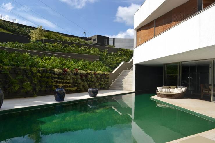 Pool by Juliana Goulart Arquitetura e Design de Interiores, Modern