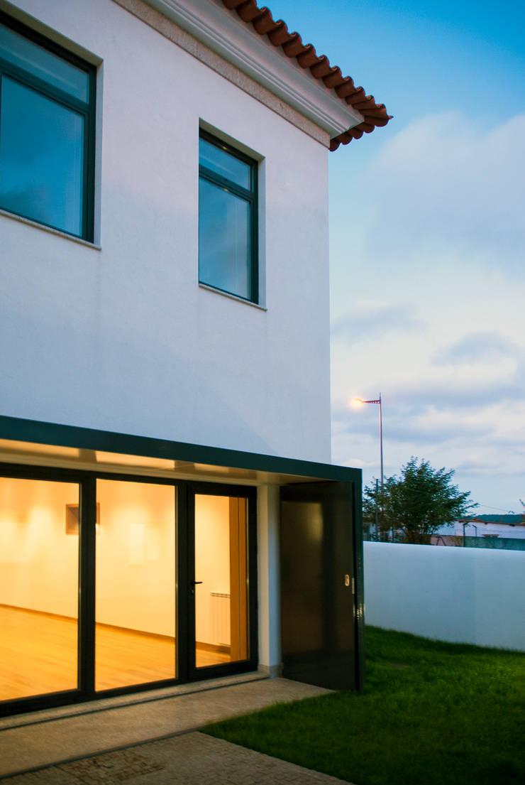 Vila Margarida: Casas  por INSIDE arquitectura+design