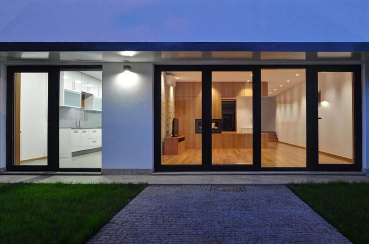 Projekty, nowoczesne Domy zaprojektowane przez INSIDE arquitectura+design