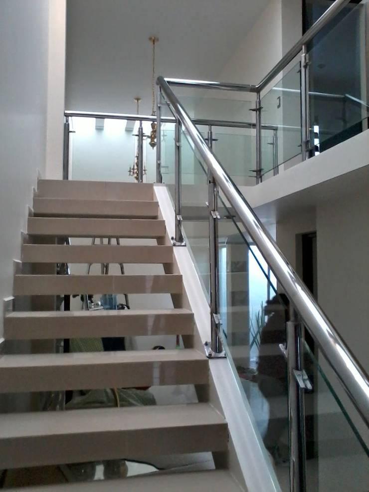 escalera : Escaleras de estilo  por A-labastrum   arquitectos