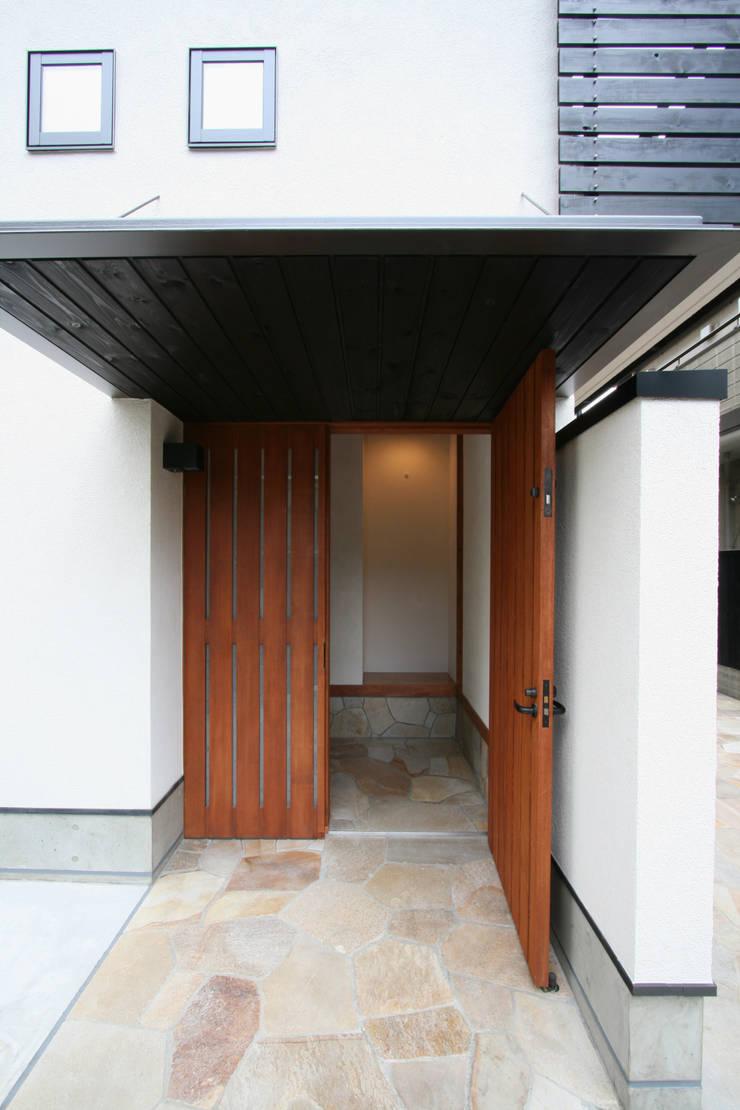 玄関ポーチ: 中川龍吾建築設計事務所が手掛けた廊下 & 玄関です。