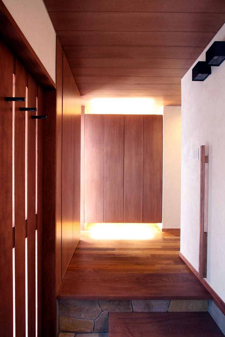 玄関: 中川龍吾建築設計事務所が手掛けた廊下 & 玄関です。