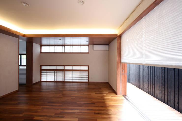 リビング・ダイニング(東面): 中川龍吾建築設計事務所が手掛けたダイニングです。