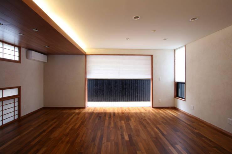 リビング(南面): 中川龍吾建築設計事務所が手掛けたリビングです。