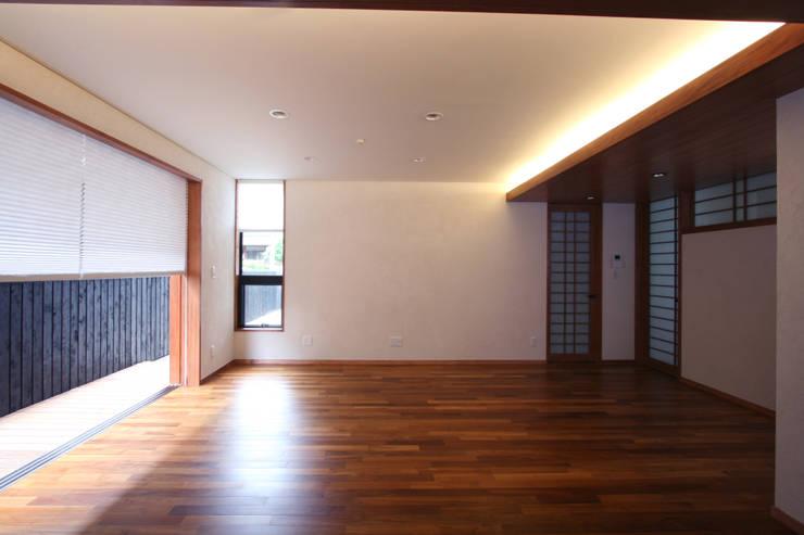 リビング(西面): 中川龍吾建築設計事務所が手掛けたリビングです。