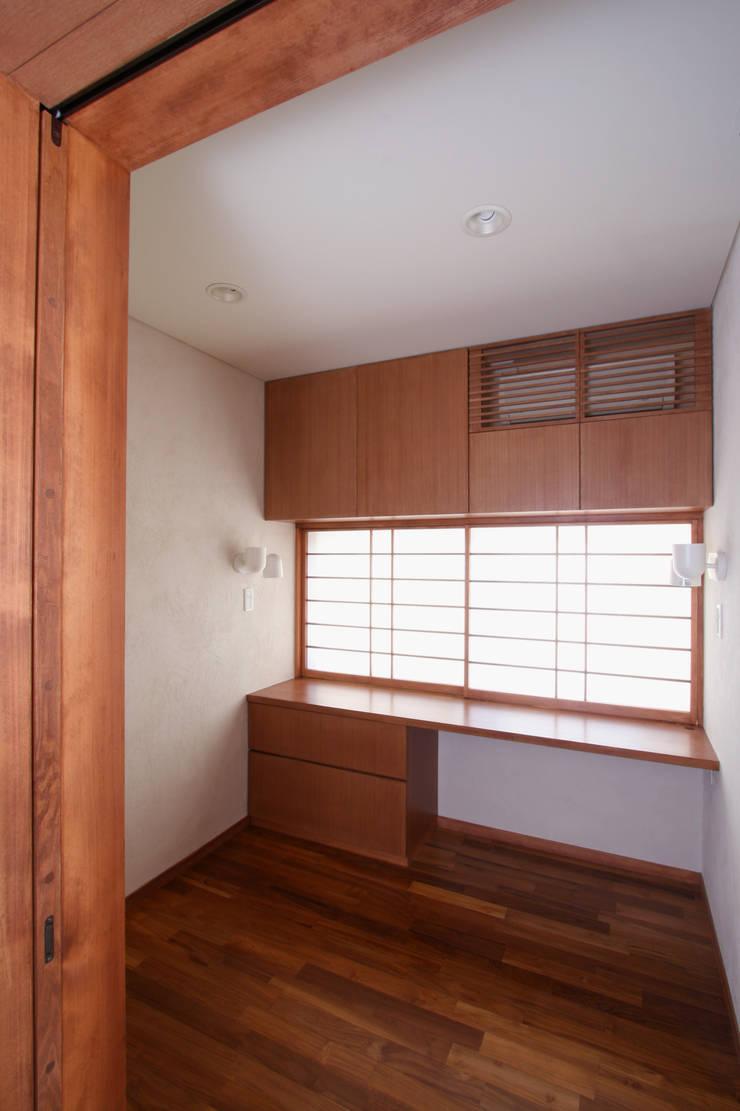 書斎: 中川龍吾建築設計事務所が手掛けた書斎です。