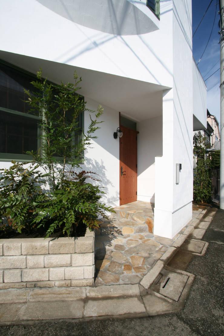玄関アプローチ: 中川龍吾建築設計事務所が手掛けた廊下 & 玄関です。,