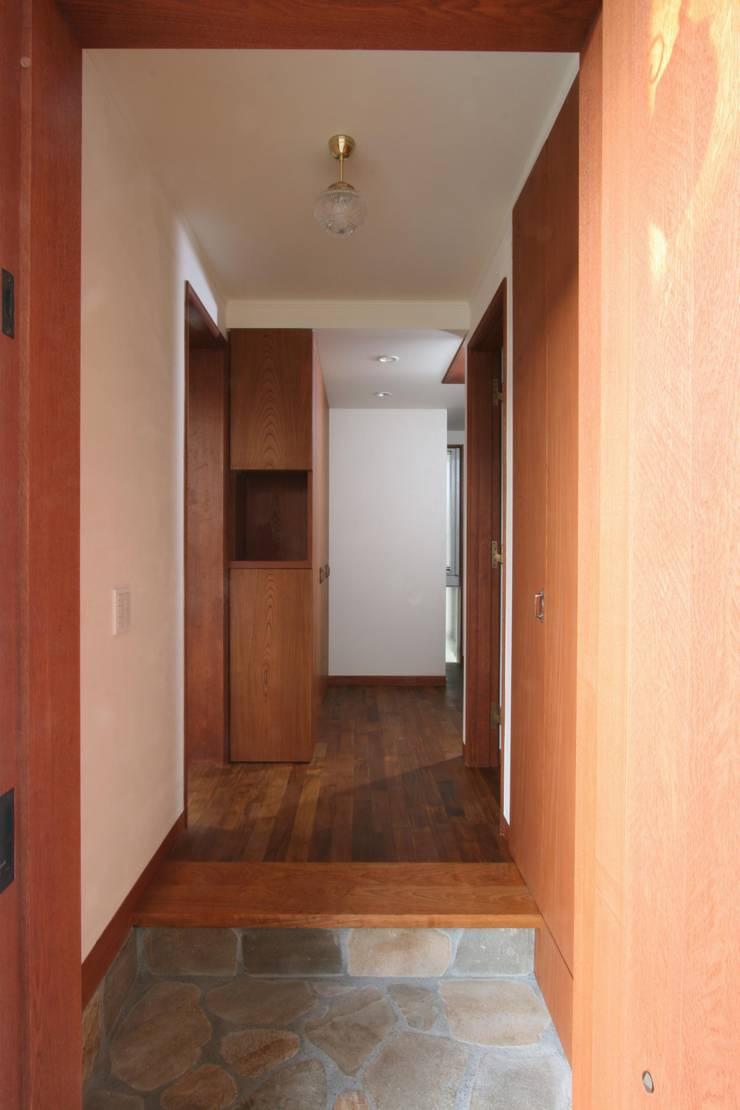 玄関: 中川龍吾建築設計事務所が手掛けた廊下 & 玄関です。,