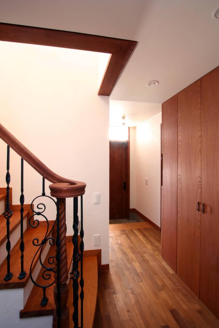 階段下より玄関を望む: 中川龍吾建築設計事務所が手掛けた廊下 & 玄関です。,