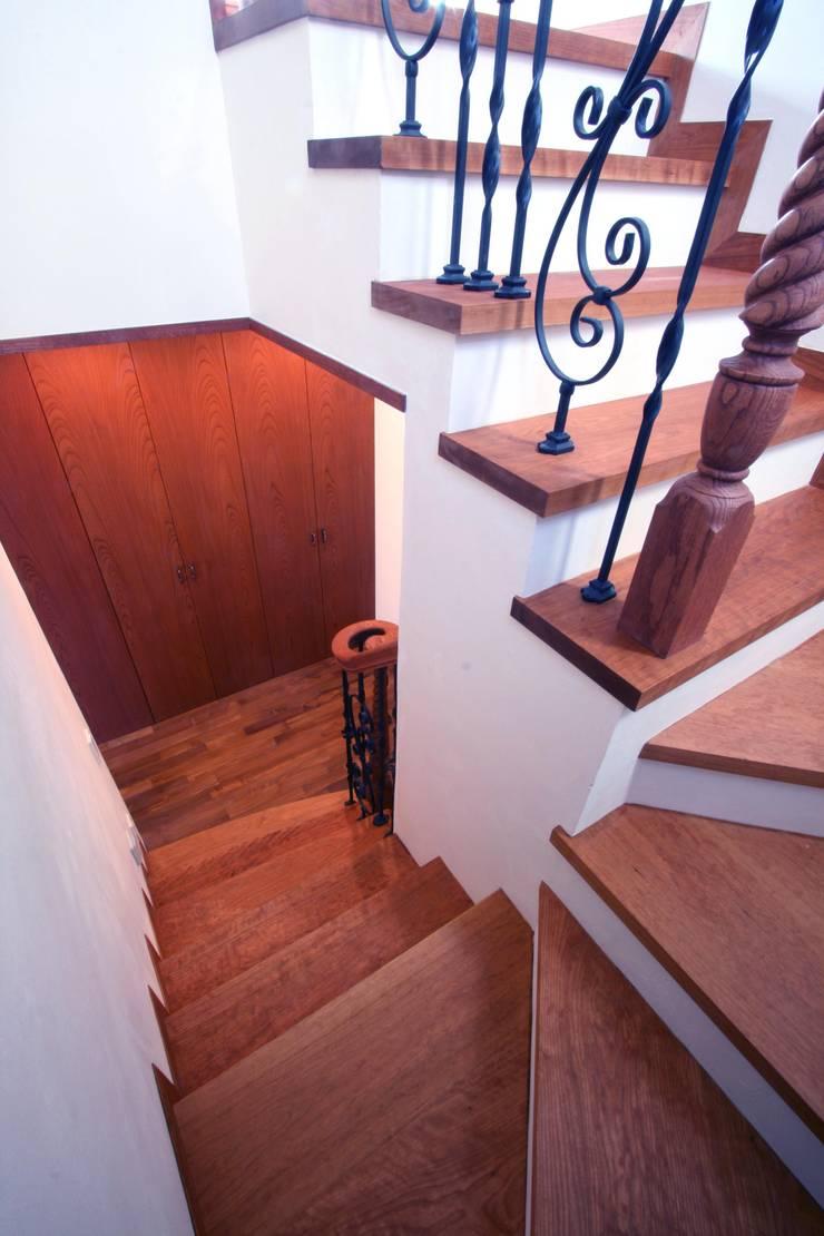 階段: 中川龍吾建築設計事務所が手掛けた廊下 & 玄関です。,