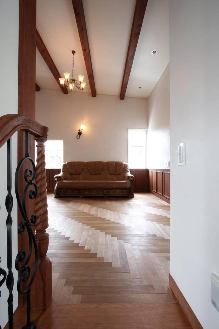 階段上部より2階のリビングを望む: 中川龍吾建築設計事務所が手掛けたリビングです。,