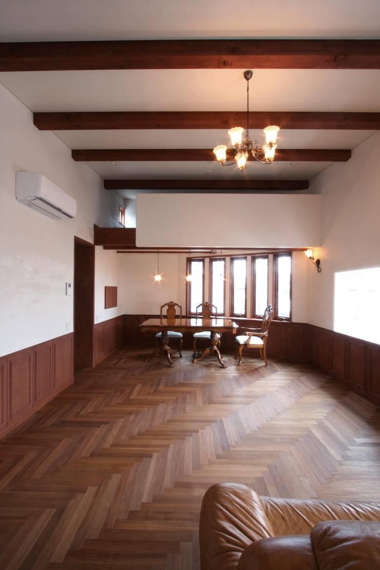 2階、リビングよりダイニングを望む: 中川龍吾建築設計事務所が手掛けたリビングです。,