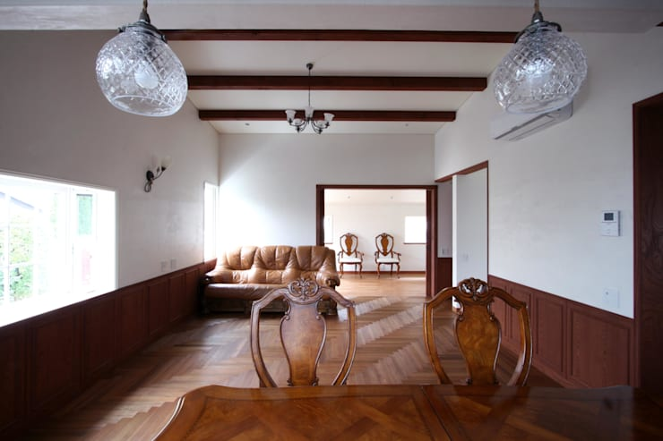ダイニングよりリビングを望む: 中川龍吾建築設計事務所が手掛けたリビングです。,