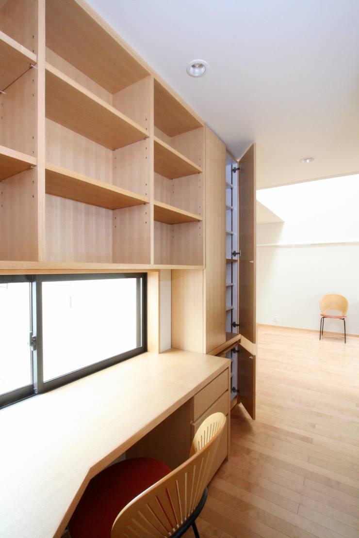 デスクコーナーと収納棚: 中川龍吾建築設計事務所が手掛けた書斎です。,モダン 木 木目調